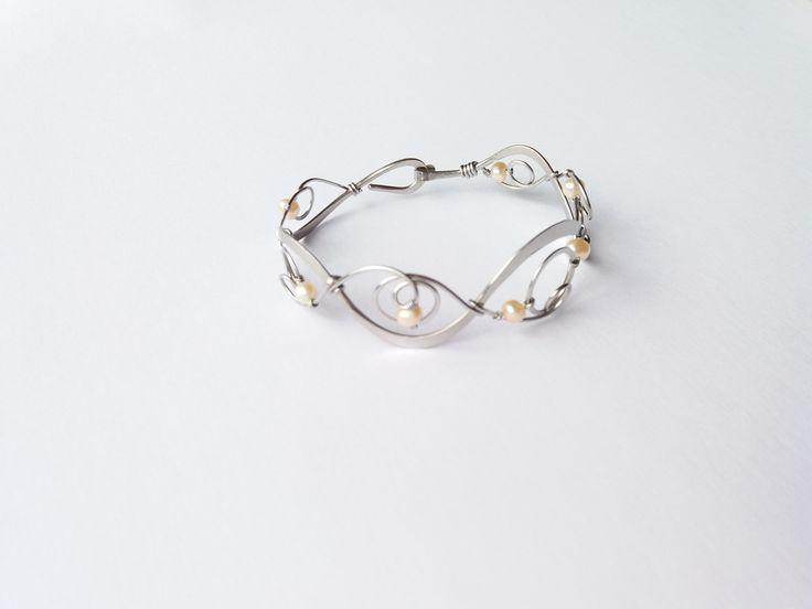 """Náramek+MR24P+""""Elegance""""+s+oranžovými+perlami+Autorský+šperk.+Originál,+který+existuje+pouze+vjednom+jediném+exempláři+z+kolekce+""""Elegance"""".Vyniká+kouzelným+prostorovým+tvarem,+čistým+zpracováním+detailů,+krásou+pravých+perel+s+lehce+naoranžovělým+nádechem+a+elegantním+nadčasovým+výrazem.Nevšední+řešení+s+perlami+poutá+pozornost,+ale+není+okázalé,+díky..."""