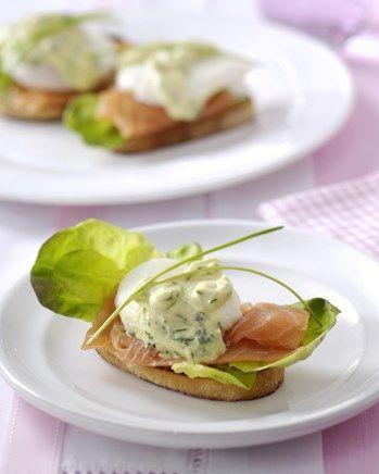 Bruschetta met gerookte zalm, gepocheerde mini-eitjes en kruidenmayonaise - solo.be !