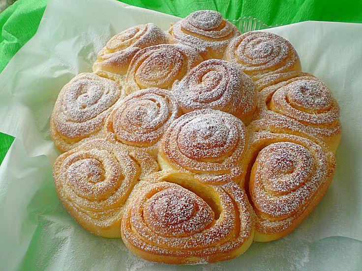 """TORTA DELLE ROSE dolce tradizionale mantovano di pasta lievitata, soffice e profumata, arricchita da burro e zucchero che in cottura si fondono con la pasta brioche rendendola aromatica e fragrante. Con l'arrivo di Isabella d'Este nel 1490 la cucina mantovana venne influenzata da quella emiliana: la marchesa si avvalse di Cristoforo di Messisbugo, cuoco dei signori di Ferrara, che pare avesse creato appositamente per lei la """"torta delle rose"""" #CarnevaliLuigi…"""