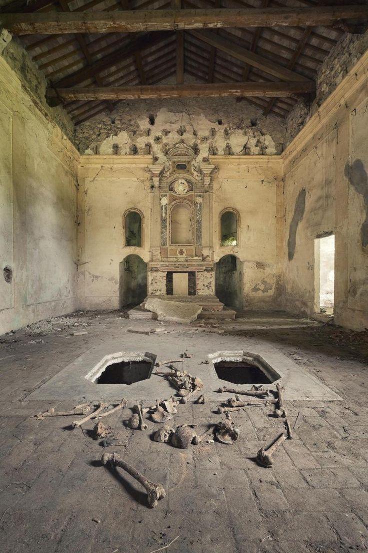 Die Totenruhe ist gestört. Grabräuber haben in dieser Kirche eines verlassenen italienischen Dorfs gewütet. Im Altarraum sind die Sarkophage aufgebrochen. Schädelknochen liegen verstreut auf dem Boden.