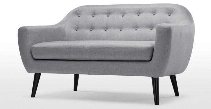Il comodo divano due posti design Ritchie in perla, dona un tocco di classica eleganza al soggiorno, in pieno stile danese.