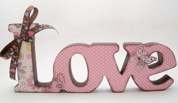 Palavra Love em MDF de 15mm de espessura, fica em pé na mesa, pintada e aplicado papel scrap, laço decorando, pode ser forrada em tecido, aplicado papel scrap, ou só pintada e encerada, fica a gosto do cliente as cores e a decoração.   (DESCONTO DE 10% NOS PAGAMENTOS VIA DEPOSITO BANCÁRIO APARTIR DE 28/06/12)  (Encomenda feita para Simone de AL) R$35,00