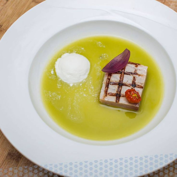 Grilled tuna on green tomato gazpacho and Stracciatella cheese. A delicacy for the palate.