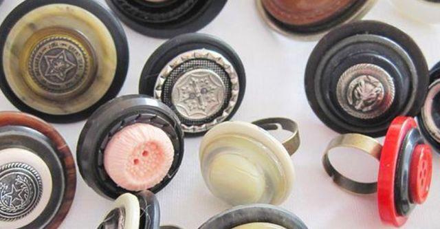 Smycka fingret med en knapp