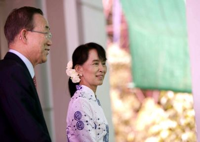 Secretary-General Ban Ki-moon and Aung San Suu Kyi, Nobel Prize-winning political activist and General Secretary of Myanmar's National League for Democracy (NLD), prepare to address journalists outside her residence in Yangon.     UN Photo/Mark Garten