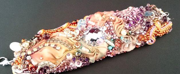 Bransoletka wykonana z ręcznie barwionego jedwabiu. W pięknych ciepłych kolorach. Środek bransoletki zdobi szary kaboszon. Bransoletka obszyta jest szklanymi koralikami różnego rodzaju. Całość... Facebook: Cristallin sutasz i koraliki