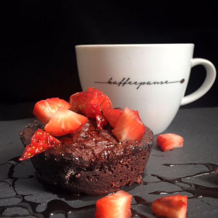 Der Tassenkuchen (auch Mug Cake genannt) ist die ideale Alternative für alle, die zwar gerne figurbewusst essen, aber dabei nicht auf Süßes verzichten wollen. Er ist kohlenhydratarm, proteinreich und lässt sich bequem innerhalb von 2 Minuten in der Mikrowelle zubereiten. Also perfekt für alle, die morgens nicht so viel Zeit haben. Das Rezept findest Du auf unserem Blog auf www.mybodyartist.de!