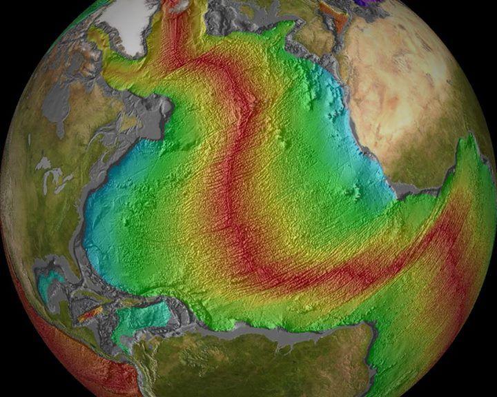 Cordilheira meso-oceânica, local onde surge a nova crosta oceânica. Quanto mais distante da cordilheira (também chamada de dorsal), mais velhas são as rochas basálticas (formadas na superfície). Erupções fissurais são predominantes nesse tipo de vulcanismo.
