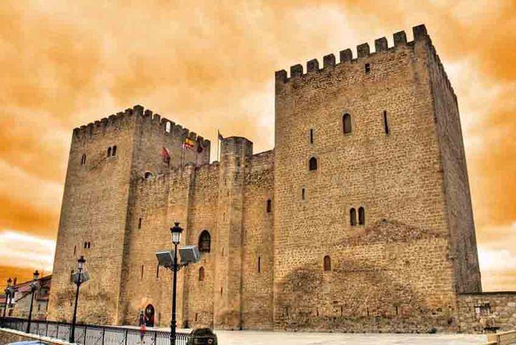 CASTLES OF SPAIN - El alcázar de Medina de Pomar se encuentra en la plaza del Alcázar de la localidad del mismo nombre, provincia de Burgos, en el extremo suroeste del recinto amurallado. El rey Enrique IV entrega la ciudad de Medina de Pomar a Don Pedro Fernández de Velasco, quien edifica este castillo que recuerda a los alcázares árabes, entre los años 1370 y 1380. Es propiedad del Ayuntamiento de Medina de Pomar, y se usa como Casa de Cultura, museo y sala de exposiciones.