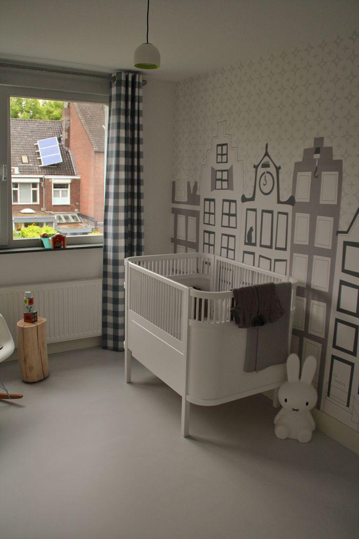 Gordijn op babykamer van grijze boerenbont ruit stof met inslagringen. Stofkwaliteit 960-50.
