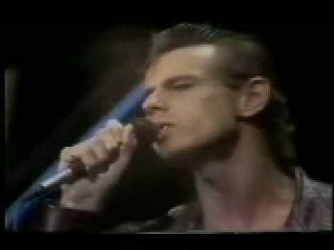 Ritchie who was known to be gay  - Mi niña veneno (1983)