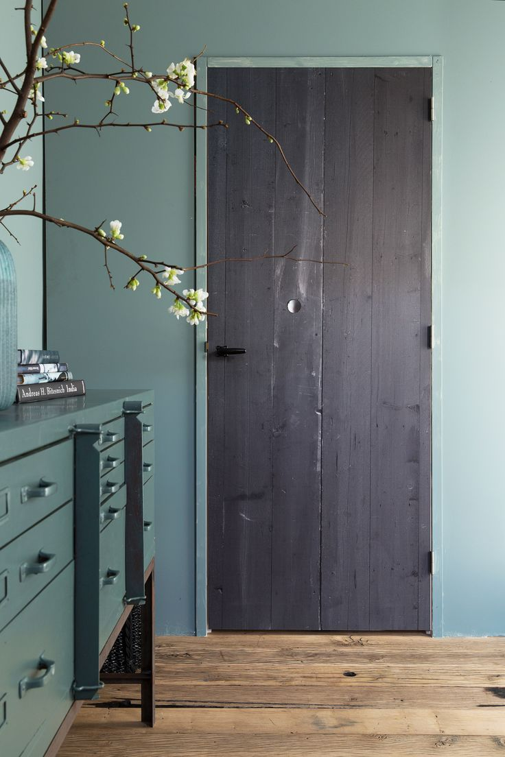 Blue interior with doorsticker Barn by vtwonen, blue dresser by Combitex and accessoires by De Oude Plank | Styling @fransuyterlinde  | Photographer Jansje Klazinga | vtwonen May 2015 | #vtwonencollectie