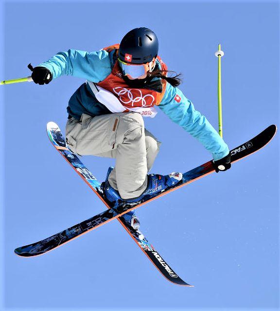 Sarah Hoefflin aus der Schweiz startet bei den Freestyle Skiing Ladies & # 39; Ski Slopestyle Qualifikation am achten Tag der Olympischen Wintersaison 2018