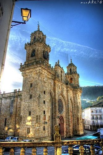 """La Catedral de Mondoñedo es, junto con la concatedral de Ferrol, una de las sedes episcopales de la diócesis de Mondoñedo-Ferrol, en Galicia (España). Recibe el sobrenombre de la """"Catedral arrodillada"""" por sus proporciones y escasa altura. Fue declarada Monumento Nacional en 1902. En su interior se encuentra el museo catedralicio y diocesano """"Santos San Cristóbal"""", fundado en 1969, que cuenta con importantes obras de arte religioso, siendo uno de los más importantes de Galicia en su género."""
