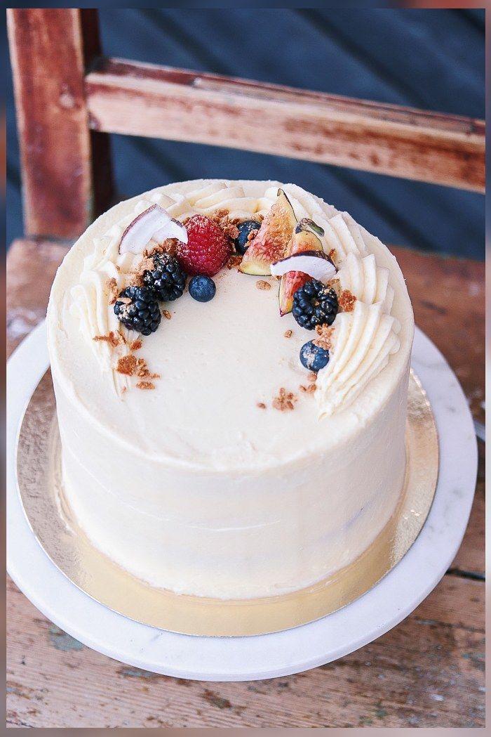 Vitchokladtårta garnerad med hallon, blåbär, björnbär och fikon.
