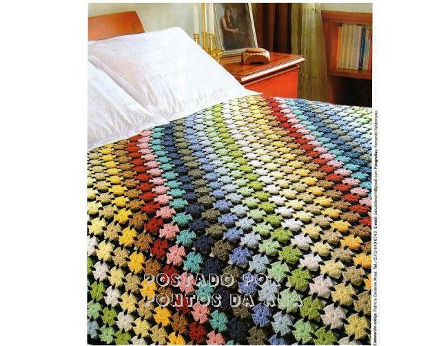 Colcha ou manta colorida de pequenos quadrados de crochê (square)