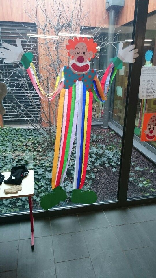 Clown carnaval avec du papier crepon