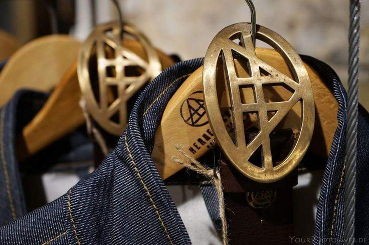 Herrenschatz. Gürtel Triangel aus Leder mit bronzener Schnalle. Und wieder lassen wir uns von den majestätischen und rätselhaften Pyramiden inspirieren: Die bronzene Schnalle des Gürtels ist in der Pyramidenform hergestellt, der Gürtel ist aus einem erstklassigen Büffelleder und selbstverständlich ist der Gürtel mit unserem Logo geschmückt. Hand Made in Germany Material: Leder und Bronze