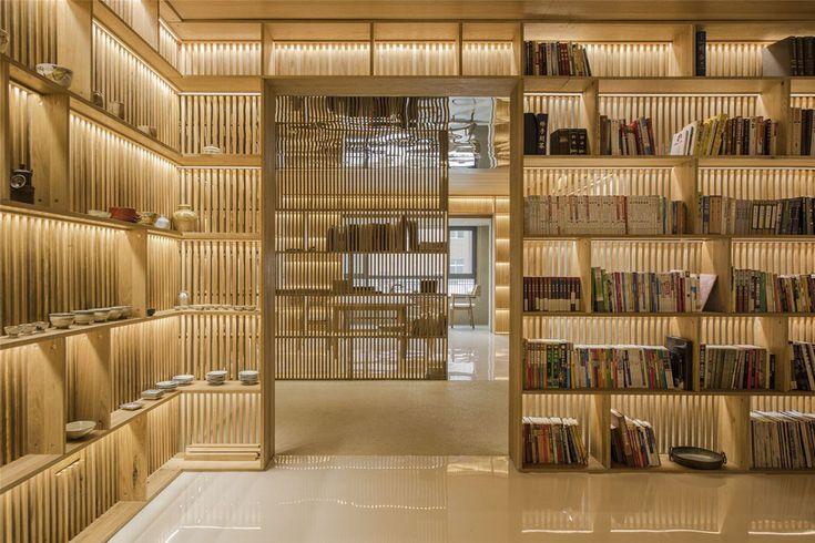Les bibliothèques font partie des meubles en chêne qui jouent aussi le rôle de cloisons intérieures