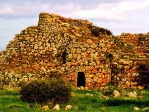 La Sardegna, Isola dei nuraghi: le terre del Sud    Non vi è altura strategica in Sardegna senza il profilo delle torri di pietra che si stagliano verso il cielo: per questo è chiamata l'Isola dei nuraghi.