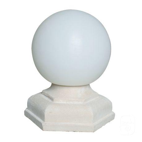 De style classique, ce luminaire globe sur sa base hexagonale en pierre éclairera le jardin en trônant élégamment sur un pilier de portail ou de balustrade.