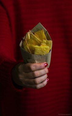 chips mais e sesamo  80 grammi di farina di mais fioretto biologica 150 grammi di acqua 2 cucchiaini di semi di sesamo bio mix di pepe  q.b