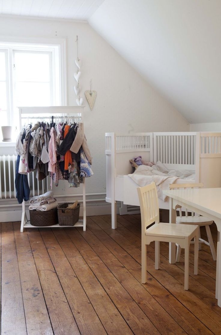 Idé! Heng barneklærne på et klesstativ slik at de synes i rommet. Det er dekorativt og gjør det lettere for barna selv å velge klær.