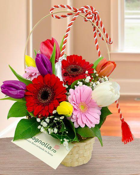 Cosulet cu flori de primavara. Basket flower arrangement with spring flowers