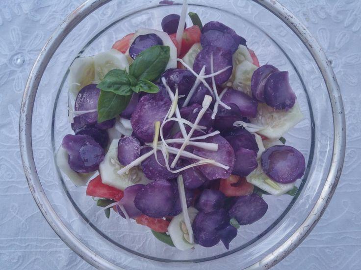 Una deliciosa ensalada de patata morada.
