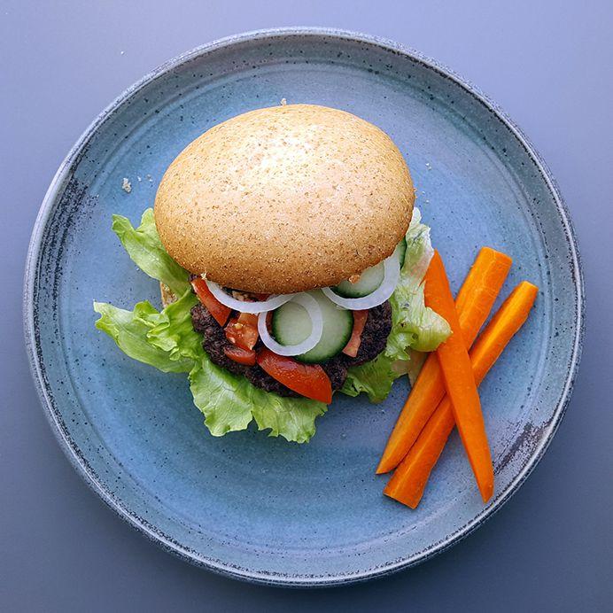 Burgers med sprødt grønt, oksekød og tomatsalsa