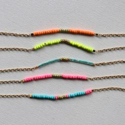 Make these gorgeous fine chain beaded friendship bracelets in this easy step-by-step tutorial.