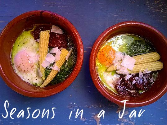 Seasons in a jar: Αυγά σε πήλινο με πέστο ρόκας και λιαστή ντομάτα