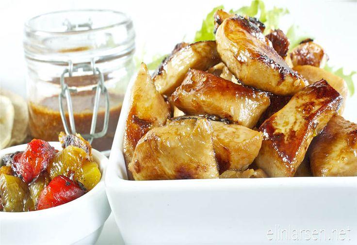 Marinert kyllingbiter i hjemmelaget tortilla, grillet paprika, bbq saus og salat