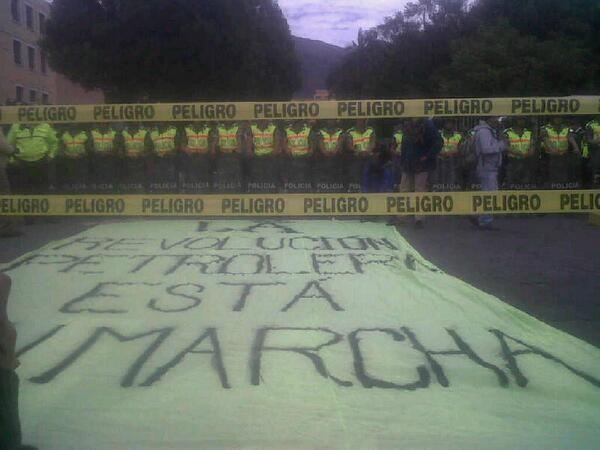 Quito, 20 sep. La batalla petrolera está en marcha. Protesta frente a la Asamblea Nacional reunida en primer debate para decidir sobre explotación del Yasuní ITT.
