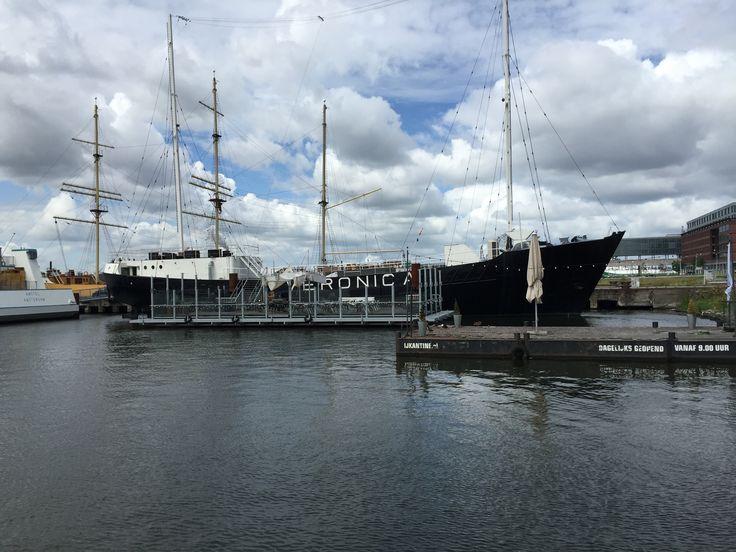 Het Veronica-schip bij de NDSM-werf in Amsterdam.