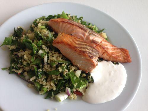 Middagstips: Nydelig couscoussalat med stekt laks og en klatt rømme! (Rusa på livet!!!)