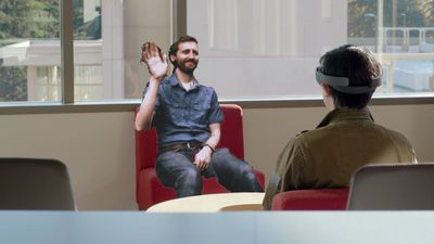 MicrosoftのAR(拡張現実)ヘッドセット「HoloLens」は、Oculus RiftやHTC ViveなどのVR(仮想現実)ヘッドセットとは異なり、現実世界にデジタルデータを重ねて表示す