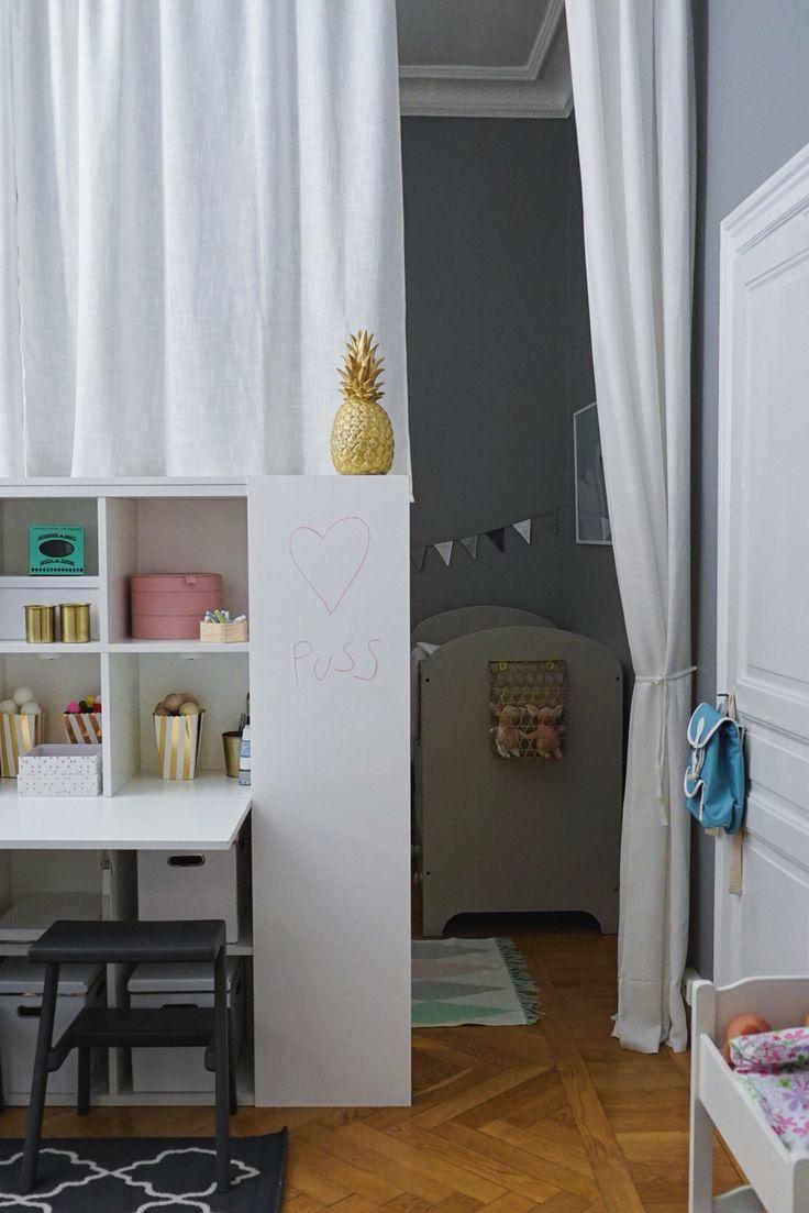 Hanna Peters skapar rum i rummet med hjälp av bokhyllor och gardiner. Hon delar upp rummet i flera små rum så att barnen får varsin del i Äntligen Hemma.