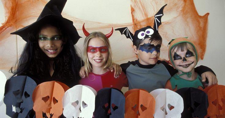 Como fazer uma máscara de morcego. Uma simples máscara de morcego pode fazer parte da sua fantasia do Batman ou apenas ser uma máscara festiva. Crianças de todas as idades podem fazê-las e se divertirem decorando-as com um pouco de ajuda. Elas podem ser feitas para festas do Dia das Bruxas ou atividades escolares, para ajudar as crianças a entrarem no espírito deste feriado.