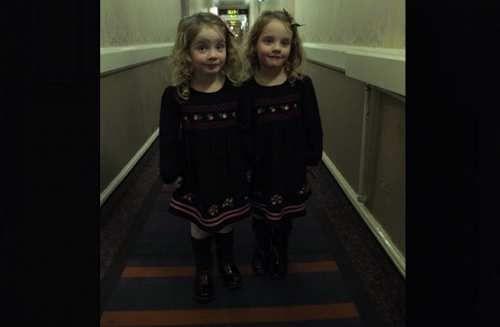 Attualià: #Papà di due #gemelle identiche ricrea la scena di Shining per terrorizzare la gente negli hotel (link: http://ift.tt/2nbDDLy )