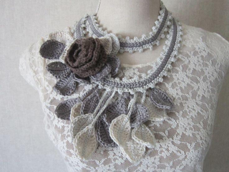 """Collier au crochet """"feuillu"""", 2 rangs, en coton écru, gris, taupe                                                                                                                                                                                 Plus"""