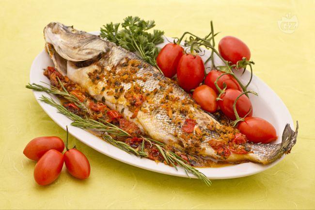 Il branzino al forno è un piatto molto apprezzato dai buoni intenditori di pesce, che ne riconoscono l'ottima carne bianca, pregiata e profumata.