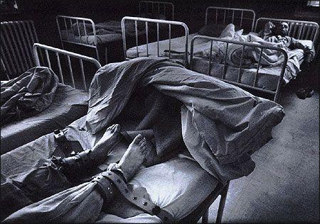 Смотреть как привязывают буйных психов кровати ит — 10