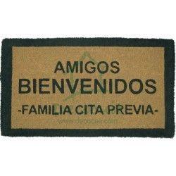 """Felpudo marrón y negro de hilo de coco """"Amigos bienvenidos, familia cita previa""""."""