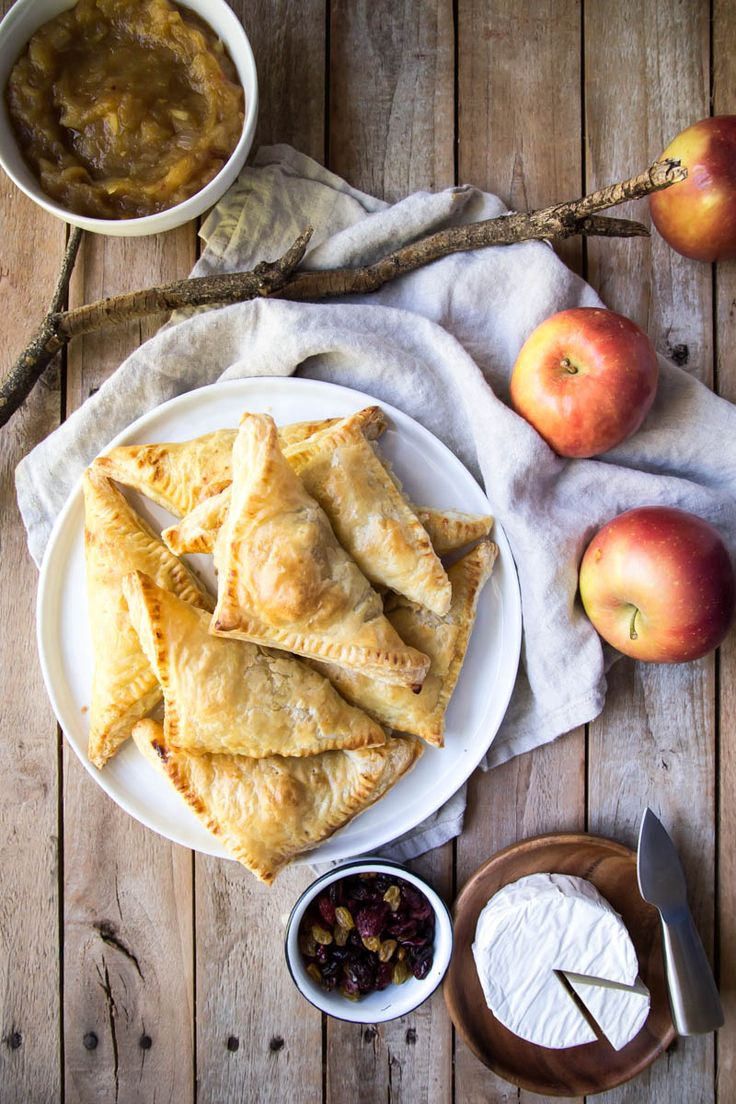 Apple Chutney & Brie Puff Pastry Pockets | lark & linen #appetizer #holidayappetizer #brierecipe #applerecipe