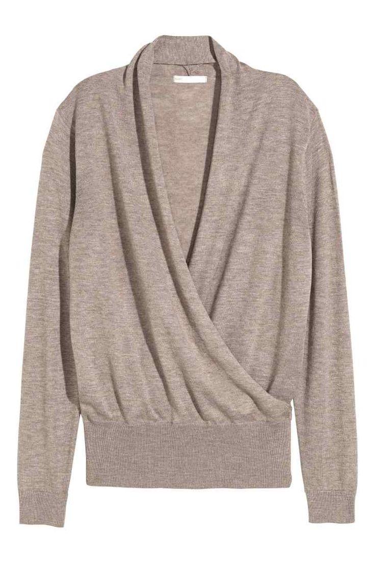 Fijngebreide trui: Een fijngebreide trui van een mix met katoen. De trui heeft een smalle sjaalkraag en een licht gedrapeerd voorpand met een overslag.