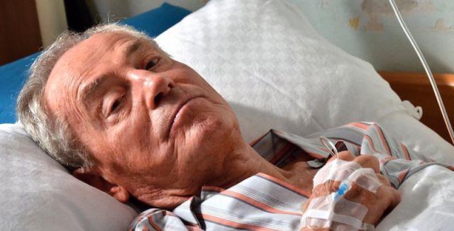 Herec Jan Tříska podlehl těžkým zraněním po sobotním skoku z Karlova mostu!