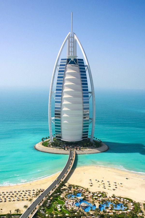 Burj al Arab, Dubai es un hotel de lujo con una altura de 321 metros, está situado en el mar, sobre una isla artificial localizada a 270 metros de la playa en el Golfo Pérsico