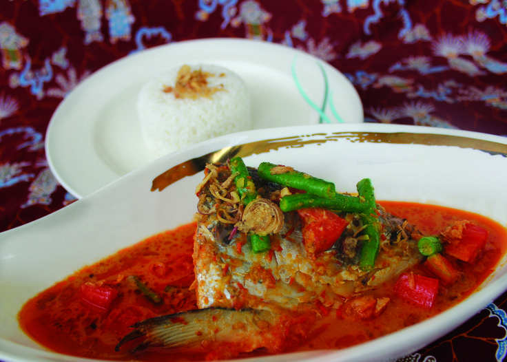 This Indonesian cuisine is no doubt a delicacy. The combination of various spices typical of Indonesia reinforces the taste of this cuisine. Gulai kepala salmon with ingredients being of fresh salmon fish head and strong curry seasoning will create mouthwatering curry ever. Further increase the benefits of salmon must try this dish at Kembang Goyang.