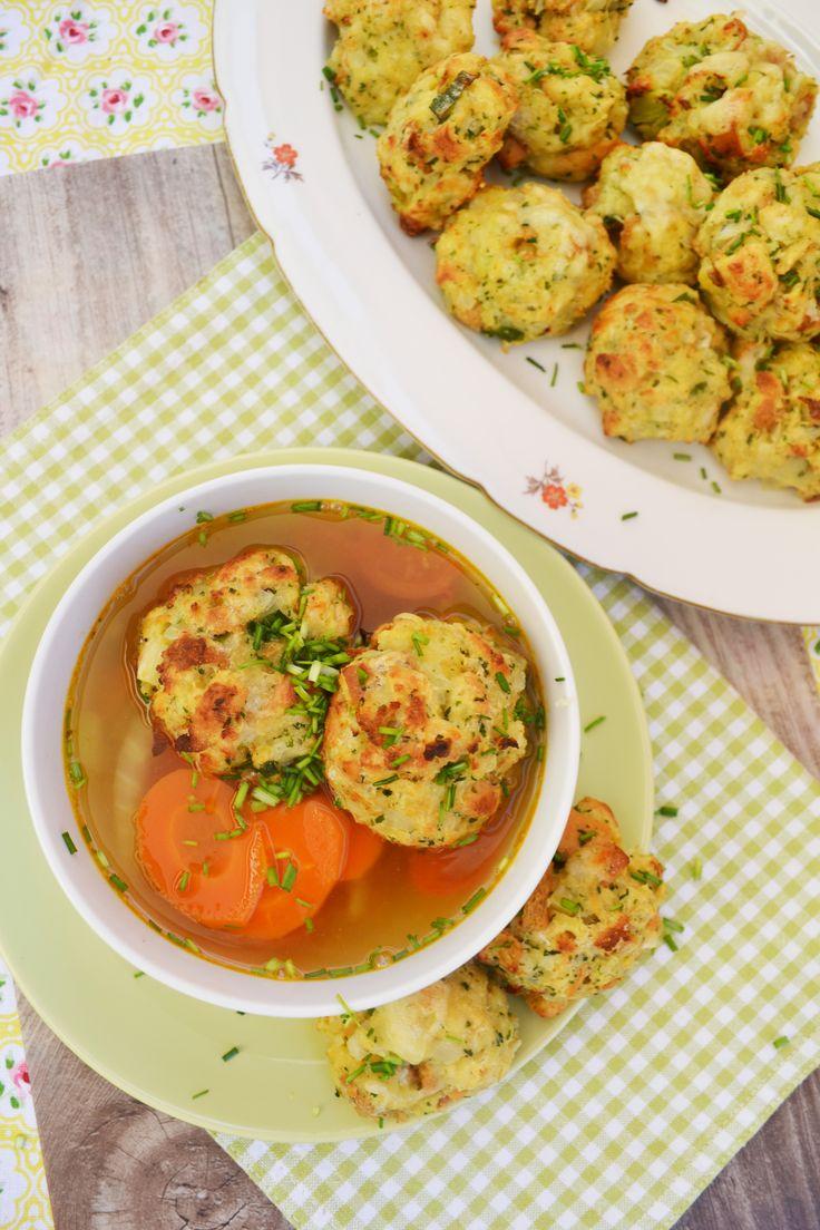 Heute gibt's ein traditionelles österreichisches Gericht. A guade Kaspressknödel-Suppn! Di hobi gern! <3 Die Suppe schmeckt durch den würzigen Käse in den Knödeln besonders gut und wir kö…